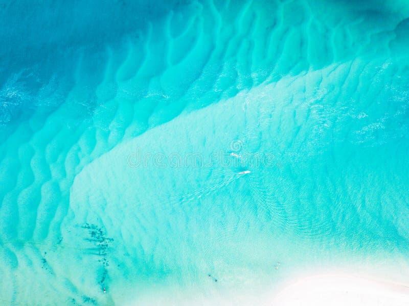 Une vue aérienne vibrante de la plage avec de l'eau bleu photos stock