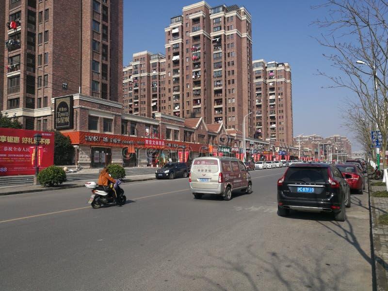 Une vue commune de rue le long du bloc de résidents dans un jour ensoleillé images stock