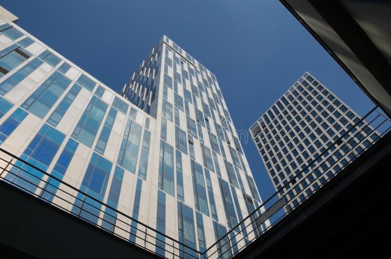 Une vue d'angle faible des grattoirs de ciel bleu de ville photo libre de droits