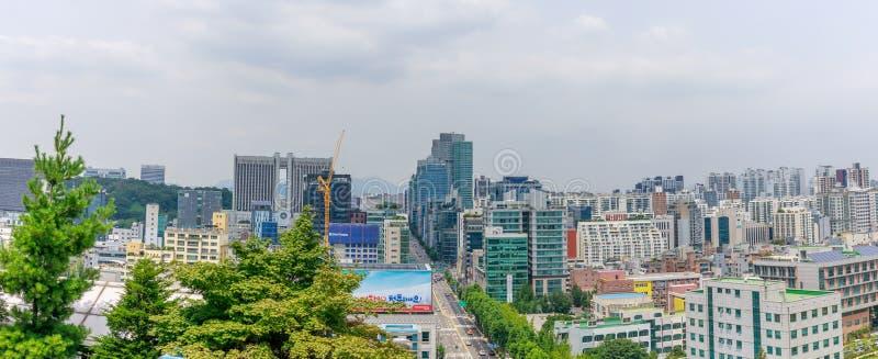 Une vue d'avenue de Gangnam-daero montrant à Seocho le centre et la cour de famille culturels de Séoul dans le secteur de Gangnam photo stock
