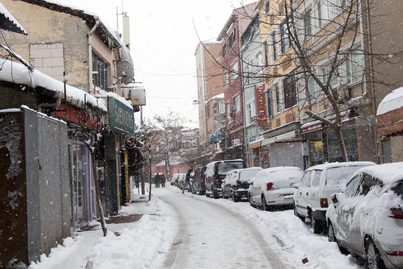 Une vue d'hiver de la ville d'Istanbul avec des maisons couvertes de photo libre de droits