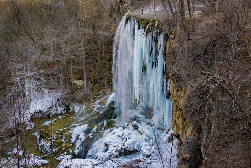 Une vue d'hiver du ressort en baisse gelé tombe image stock