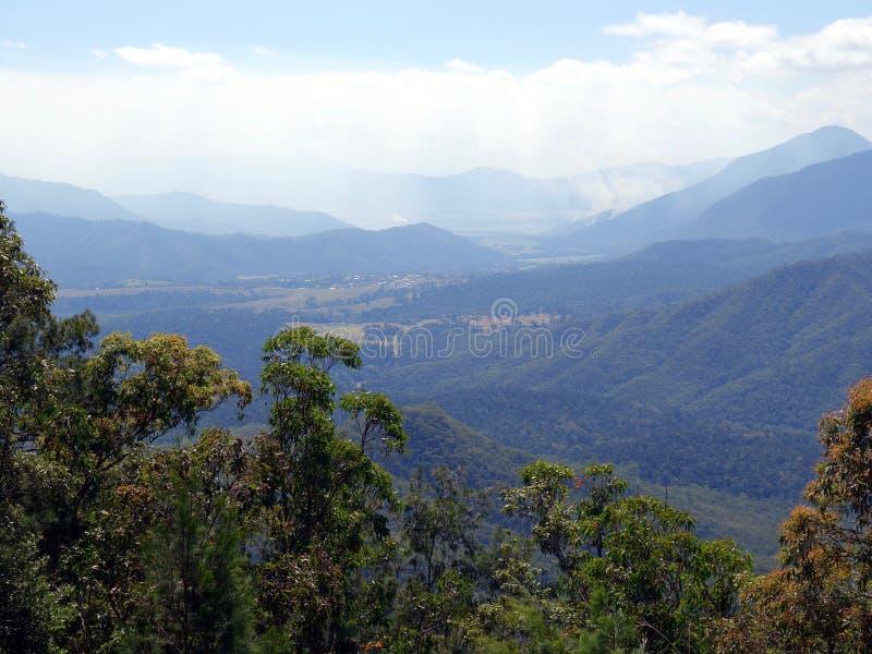 Une vue d'oeil d'oiseaux d'une vallée des plateaux d'Atherton vers Innisfail au Queensland, Australie montrant un feu de buisson  photos libres de droits