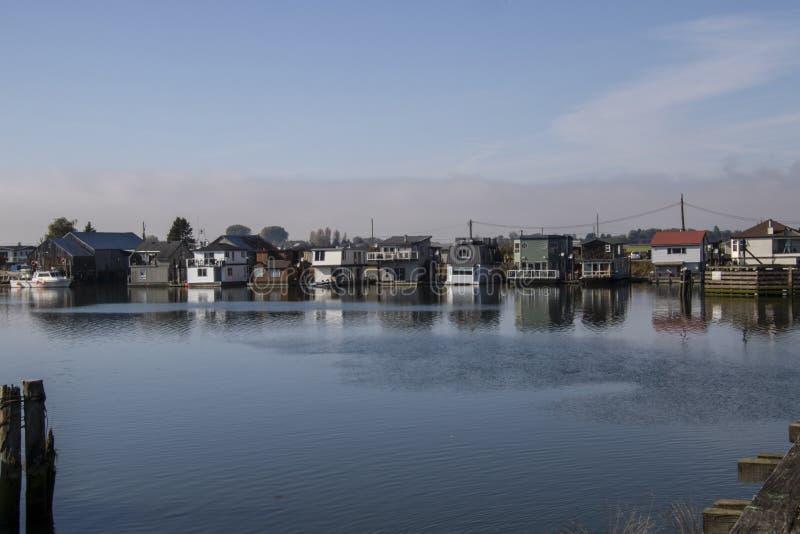 Une vue d'une rang?e des bateaux-maison photos stock