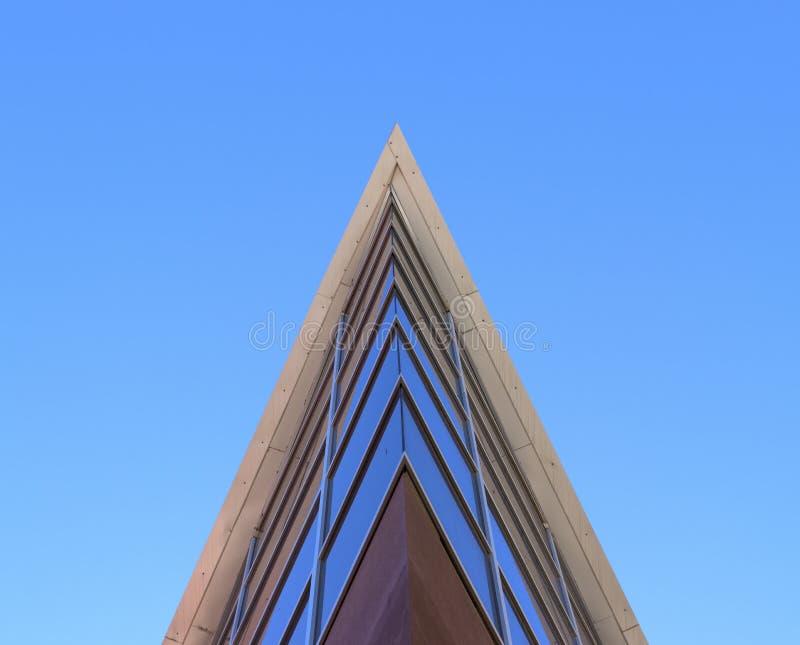 Une vue d'un bâtiment de dessous photo stock