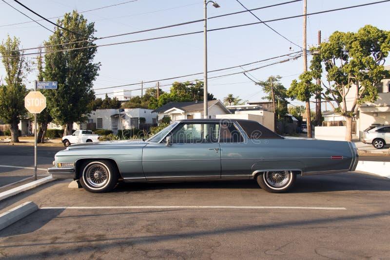 Une vue d'un fourgon classique de voiture de vintage dans la rue photos libres de droits