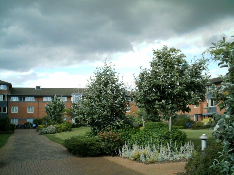 Une vue d'un jardin à une institution académique images libres de droits
