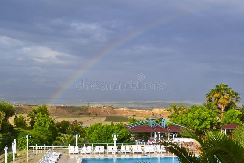 Une vue d'un lanscape, d'une piscine de swinnong et d'un arc-en-ciel ruraux image stock
