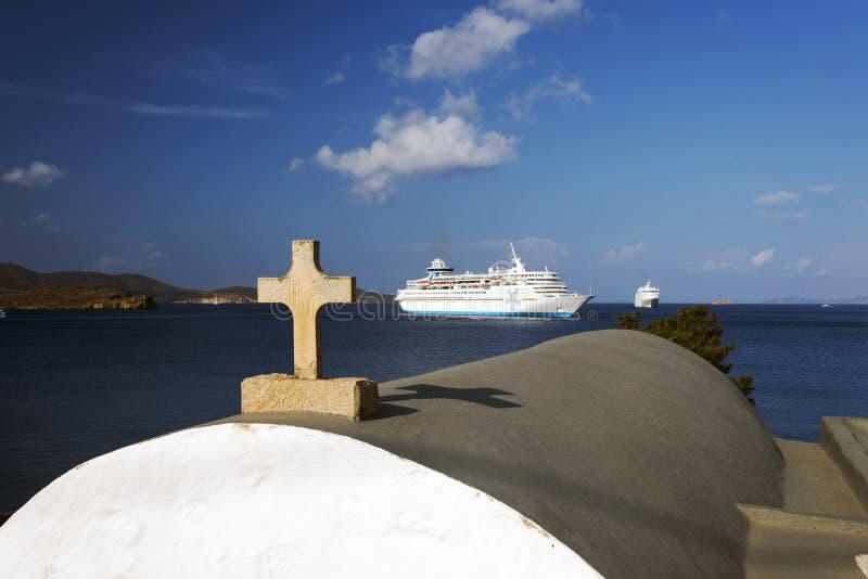 Une vue d'un paysage marin, de bateau de croisière et d'une église en île de Patmos, Grèce dans l'heure d'été image stock