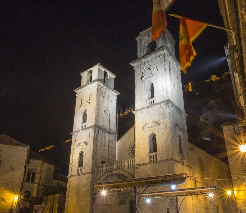 Une vue dans la vieille ville de Monténégro église, la place le soir avec la lumière des fusiliers images libres de droits