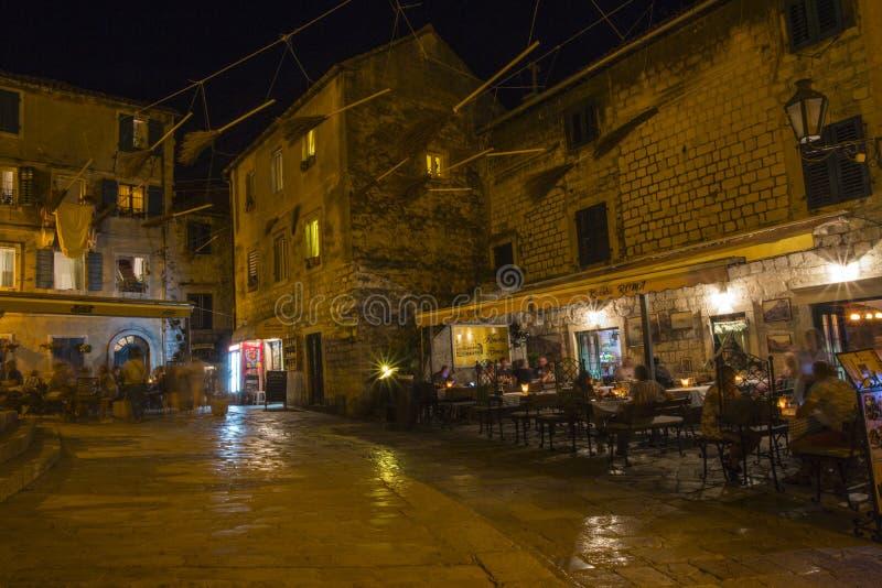 Une vue dans la vieille ville de Monténégro église, la place le soir avec la lumière des fusiliers photo libre de droits