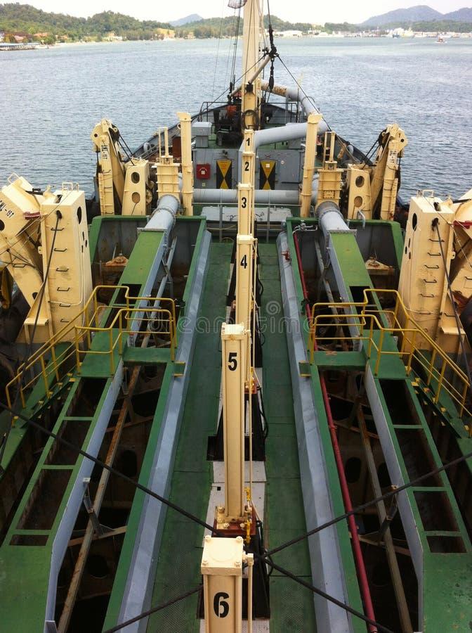 Une vue de bateau de dragage à l'embouchure de Lumut image libre de droits