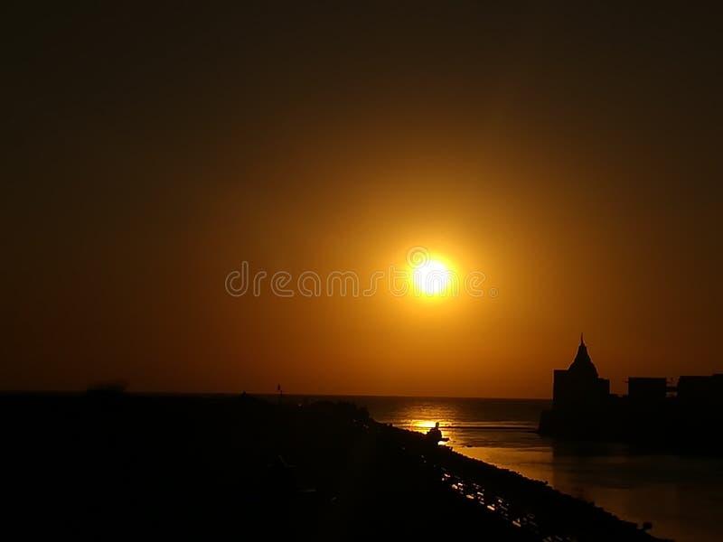 Une vue de beau coucher du soleil près de la mer images libres de droits