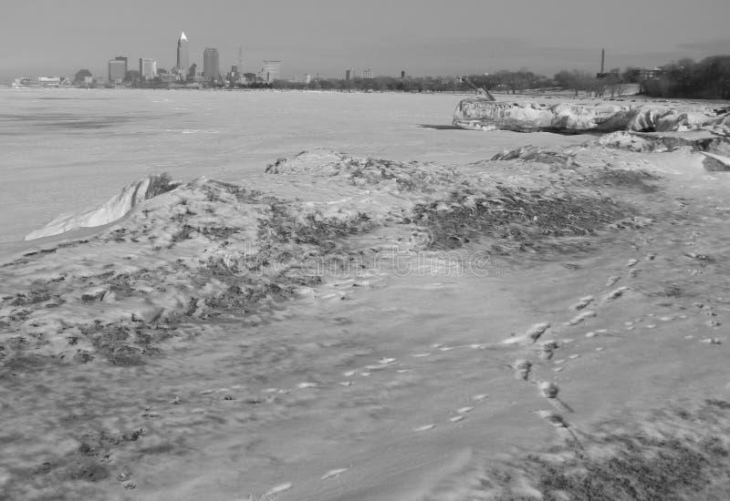 Une vue de Cleveland du centre, de l'Ohio, des Etats-Unis et d'un lac Érié congelé photos libres de droits