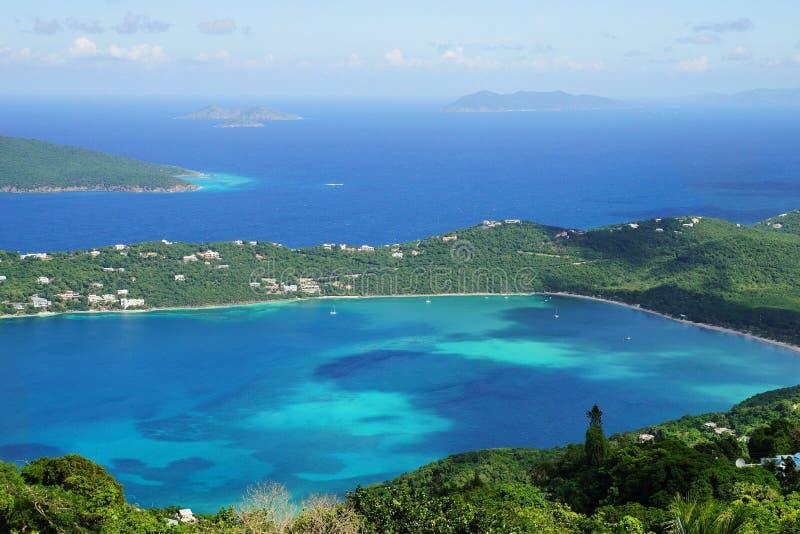 Une vue de clou de la baie de Magens, île de St Thomas avec le multiple d'autres îles des Caraïbes sur le fond images libres de droits