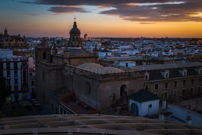 Une vue de coucher du soleil des dessus de toit de Séville pris du parasol de Metropol, regardant vers le catherdral principal photos stock