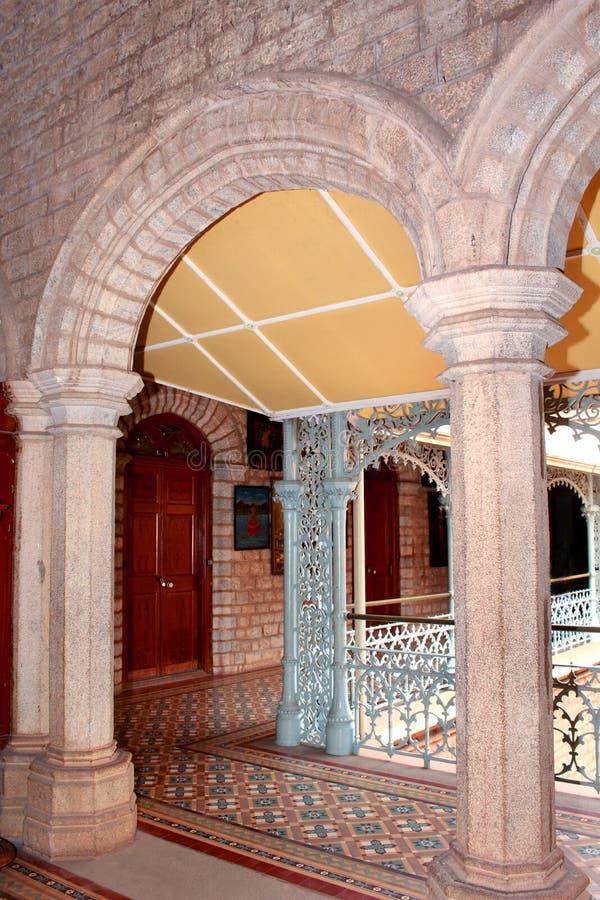 Une vue de cour avec le beau plancher dans le palais de Bangalore photo libre de droits