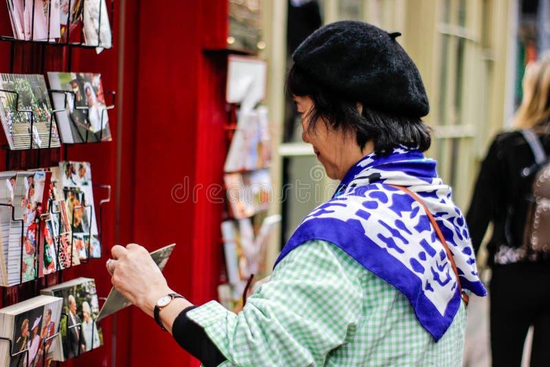 Une vue de dame asiatique coosing une carte à York en septembre 2018 images stock
