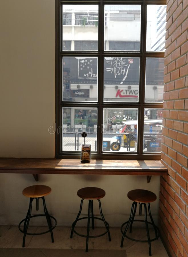 une vue de fenêtre de cafétéria de café images libres de droits