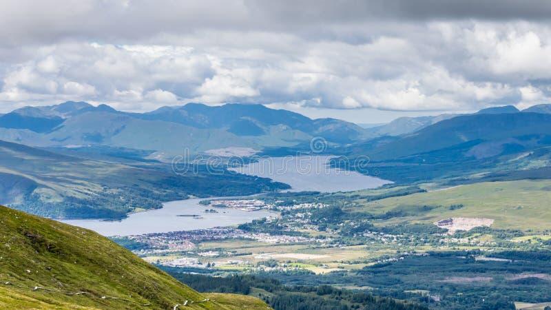 Une vue de Fort William, une ville dans la montagne écossaise avec le loch Linnhe photos libres de droits