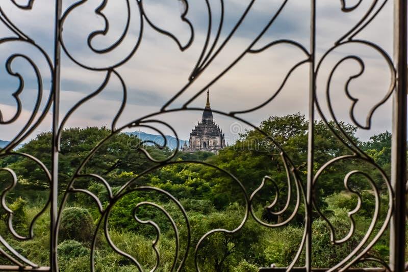 Une vue de Gawdaw Palin d'une fenêtre de Shwegu Gui Phaya, vieux Bagan, Myanmar image libre de droits