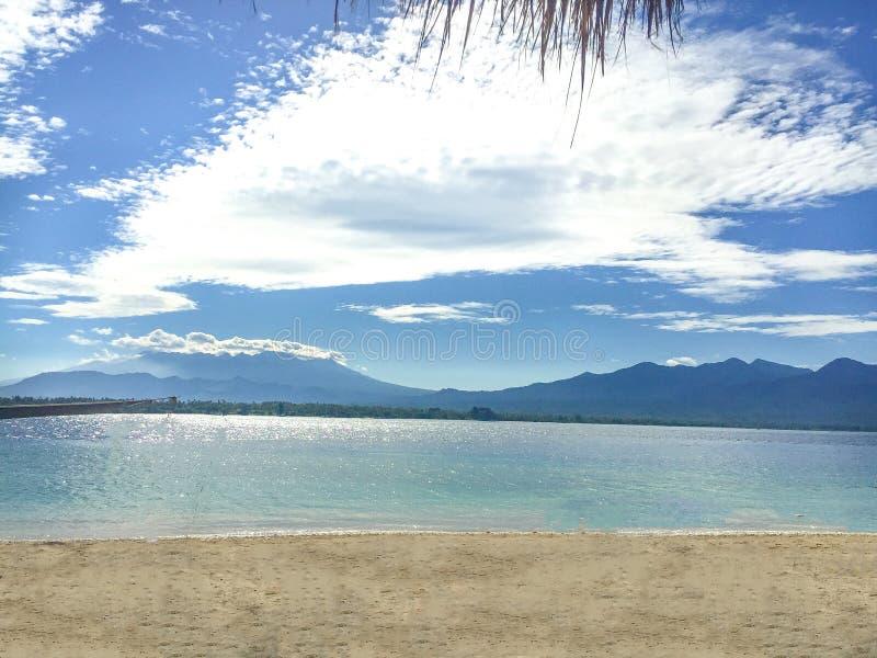 Une vue de l'île de Gili Air montrant l'île de Lombok dans la distance images stock