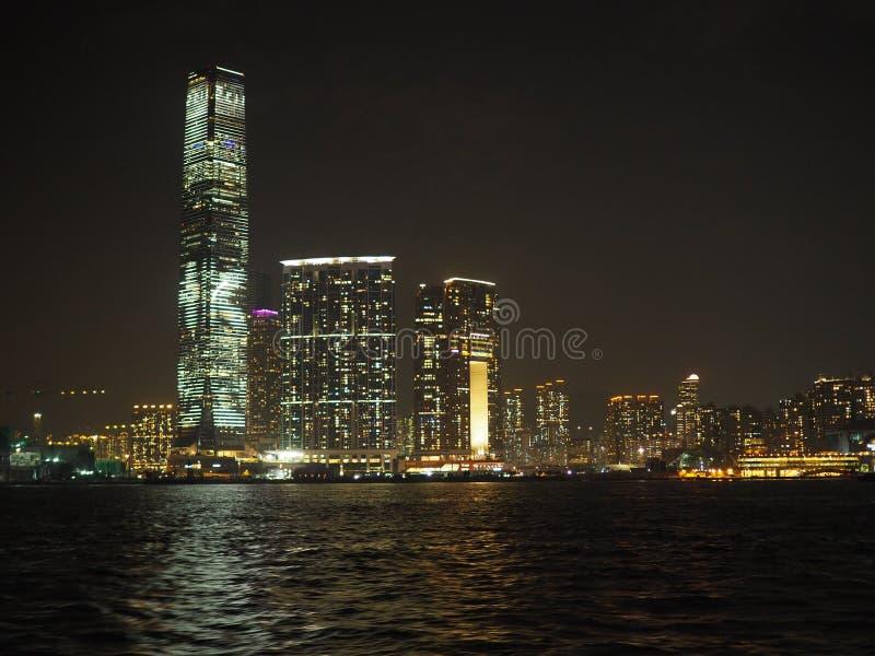 Une vue de l'horizon de Kowloon la nuit de Victoria Harbor image libre de droits
