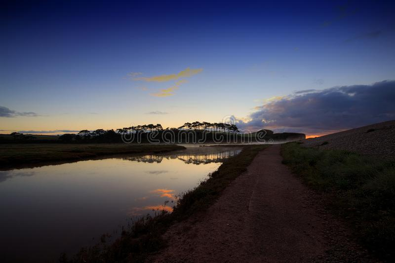 Une vue de la bouche de la loutre de rivière chez Budleigh Salterton photos stock