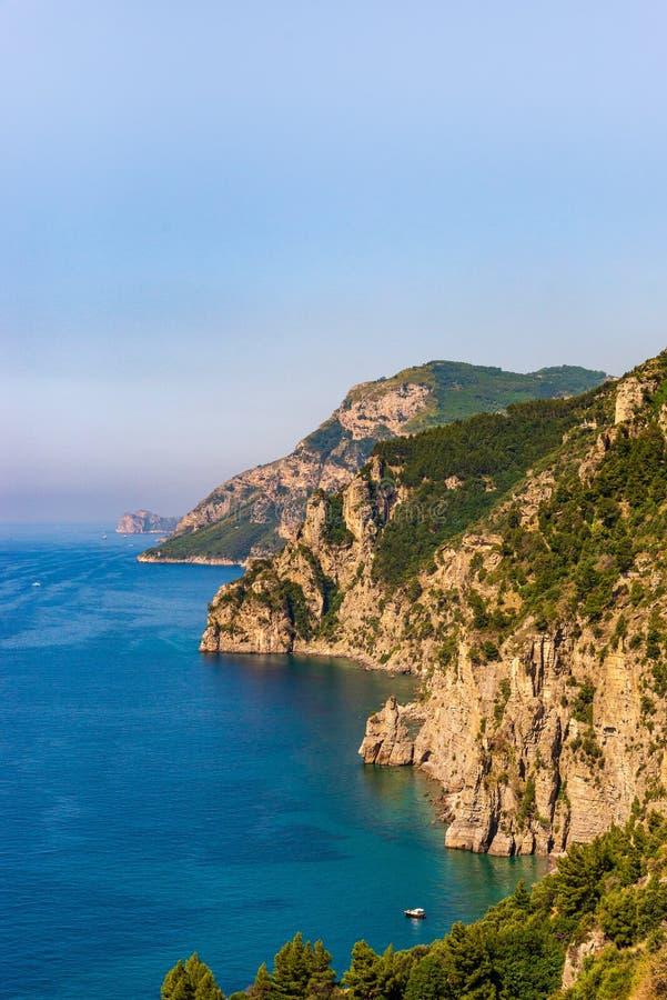 Une vue de la côte d'Amalfi sur la péninsule de Sorrentine de l'Italie images libres de droits