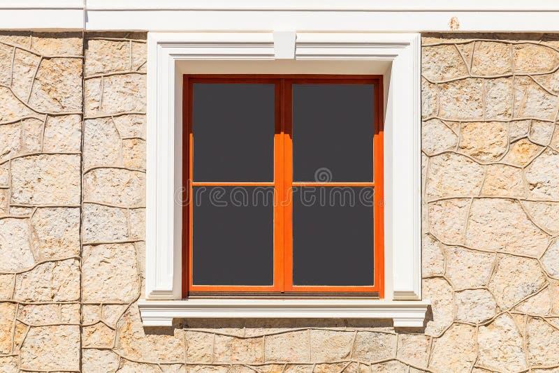 Une Vue De La Fenêtre De La Maison De L'Extérieur Image Stock