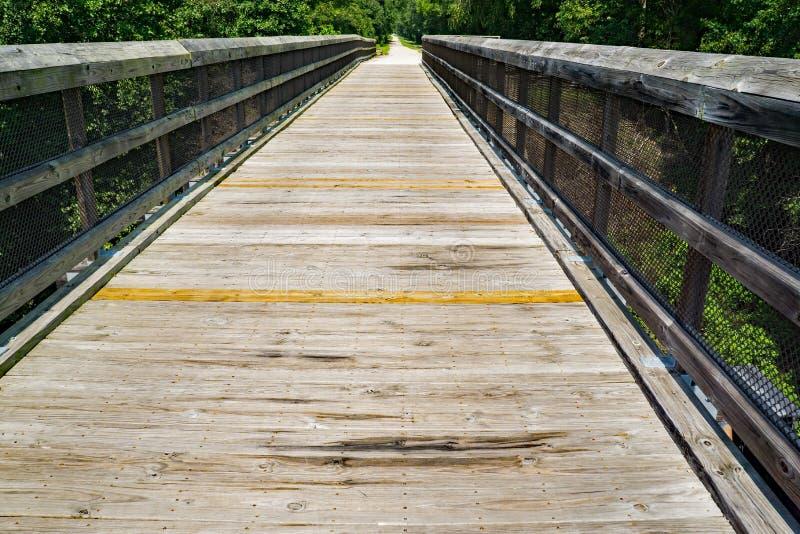 Une vue de la haute traînée de pont images stock