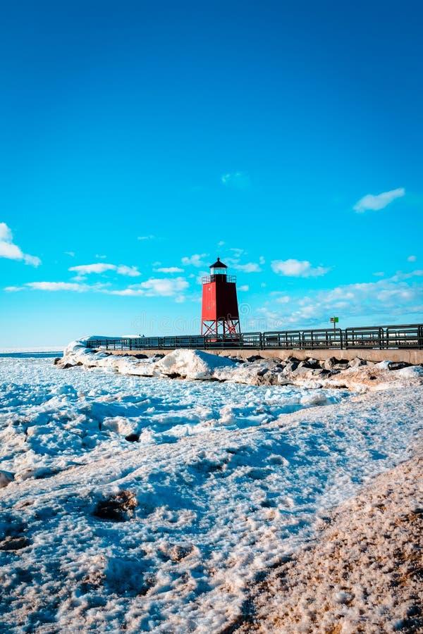 Une vue de la maison du sud de Pier Light et des dunes de glace du lac Michigan dans Charlevoix MI photos libres de droits