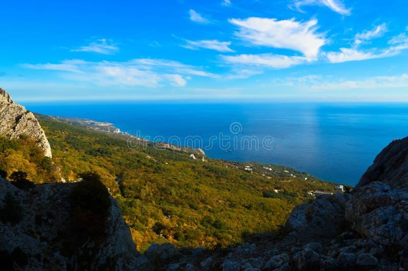 Une vue de la mer et de la forêt de ressort d'une haute montagne en Crimée photo libre de droits