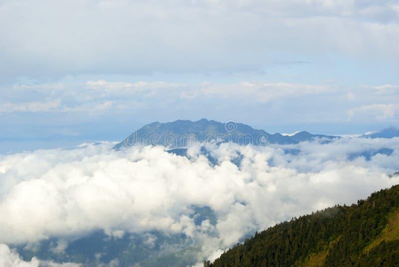 Une vue de la montagne d'Achishkho dans le Caucase de la corniche de Bzerpinsky de passage, dominant au-dessus des nuages image libre de droits