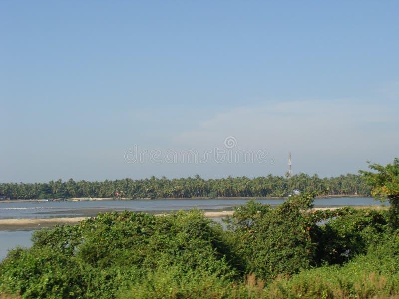 Une vue de la route par la rivière photo libre de droits