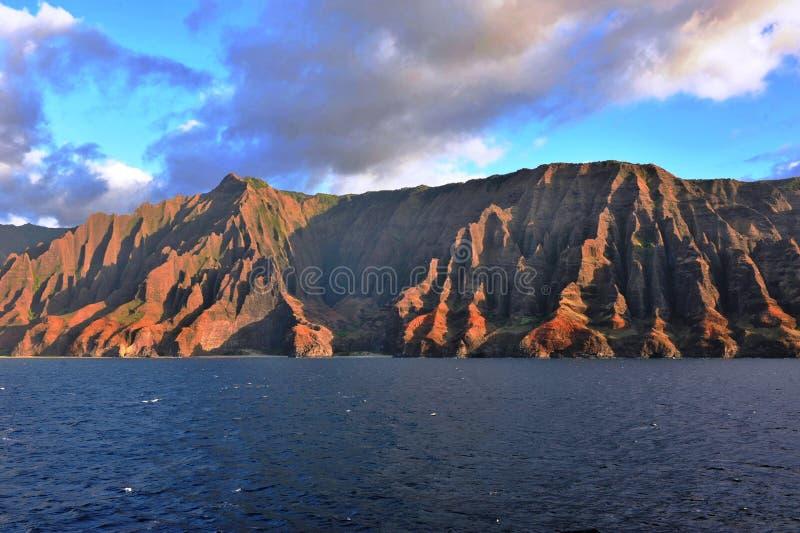 Une vue de la vallée de Honopu d'une croisière en mer images stock