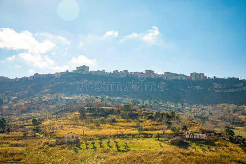 Une vue de la ville antique Enna de la route vers Catane sur la montagne en île de la Sicile, Italie images libres de droits