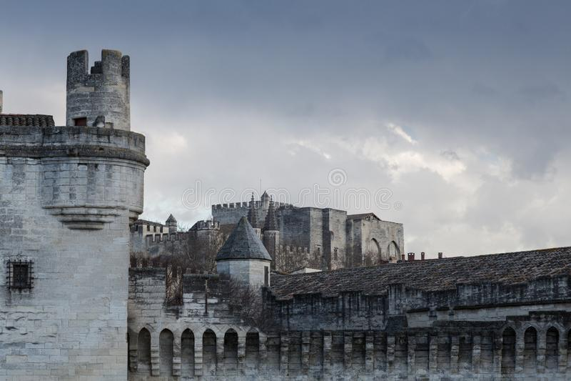 Une vue de mur en pierre médiéval d'Avignon, France photographie stock libre de droits