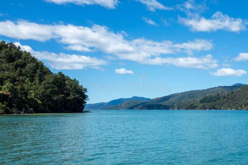 Une vue de niveau d'eau du beau et renversant bruit de Marlborough et des collines environnantes en haut de l'île du sud, nouvell photo libre de droits