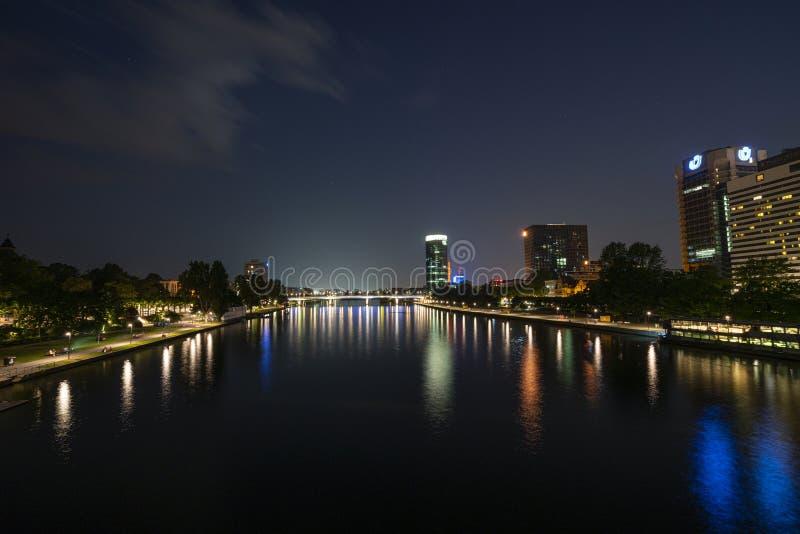 Une vue de nuit de Francfort photo stock