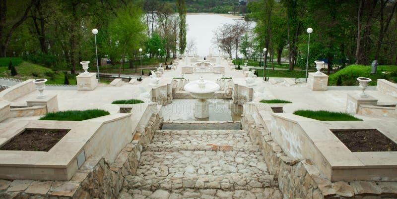 Une vue de perspective sur de beaux escaliers d'un parc de ville à Chisinau, Moldau photographie stock libre de droits