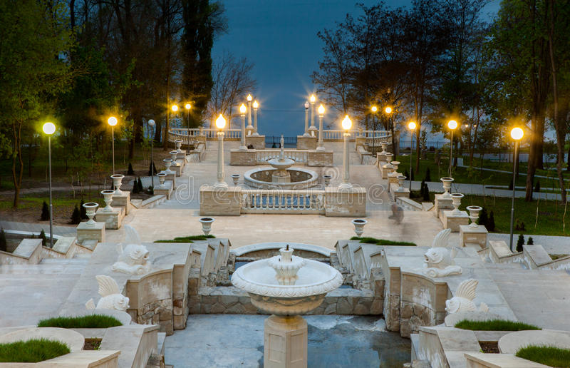 Une vue de perspective sur de beaux escaliers d'un parc de ville à Chisinau, Moldau photo stock
