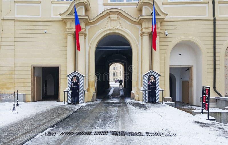 Une vue de porte et de sentinelles d'Erzbischöfliches Palais dans le château de prag images libres de droits