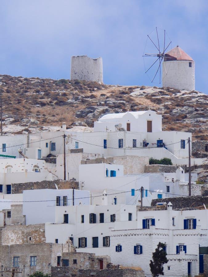 Une vue de quelques maisons blanches de Chora d'Amorgos, avec le windmi image stock