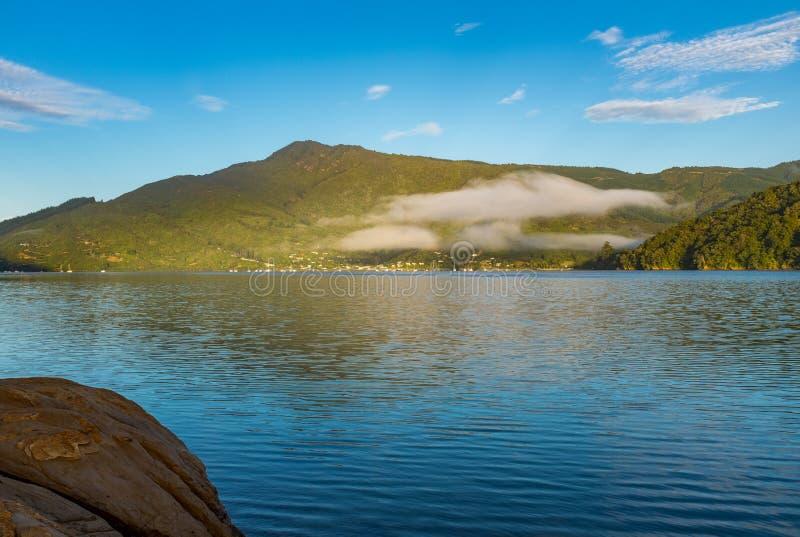 Une vue de rivage du beau et renversant bruit de Marlborough et des collines environnantes en haut de l'île du sud photos libres de droits