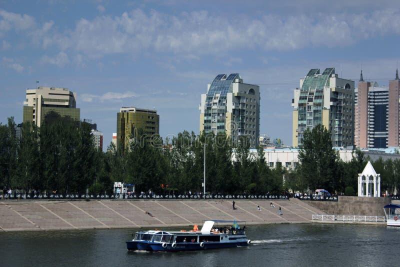 Une vue de rivière d'Essil et un centre de la ville de centre de la ville d'Astana Kazakhstan images stock