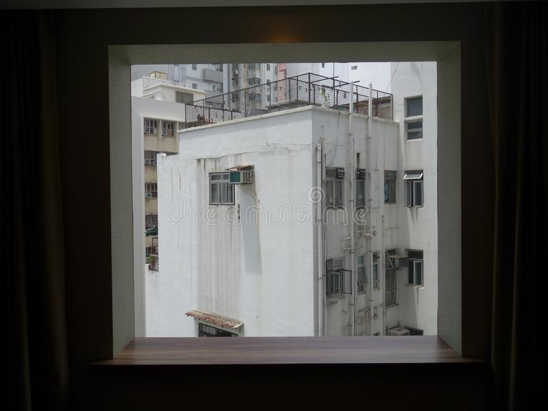 Une vue de vieux bâtiments par une fenêtre images stock