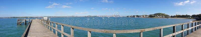 Une vue de ville d'Auckland de quai de baie de torpille image stock