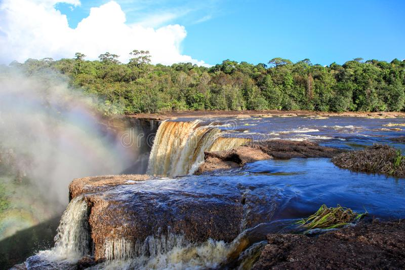 Une vue des chutes de Kaieteur La cascade est l'une des cascades les plus belles et les plus majestueuses au monde, images libres de droits
