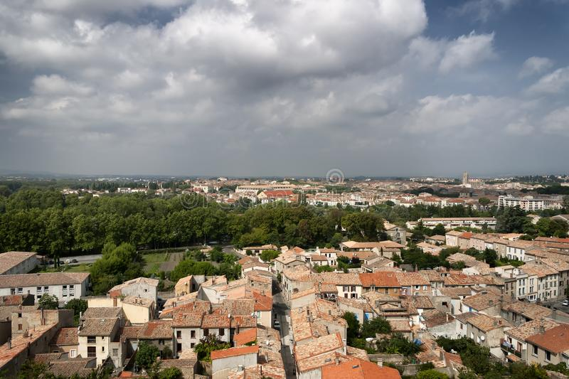 Une vue des dessus de toit au-dessus d'une ville française photographie stock